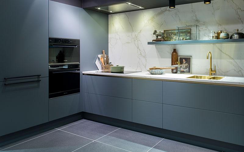 Antraciet keuken met wit werkblad