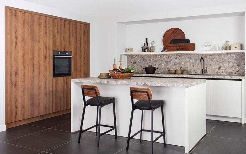 Keuken met bruine elementen