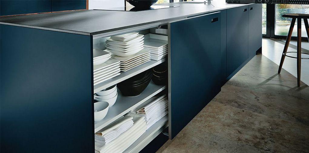 Blauwe keuken met schuifdeuren
