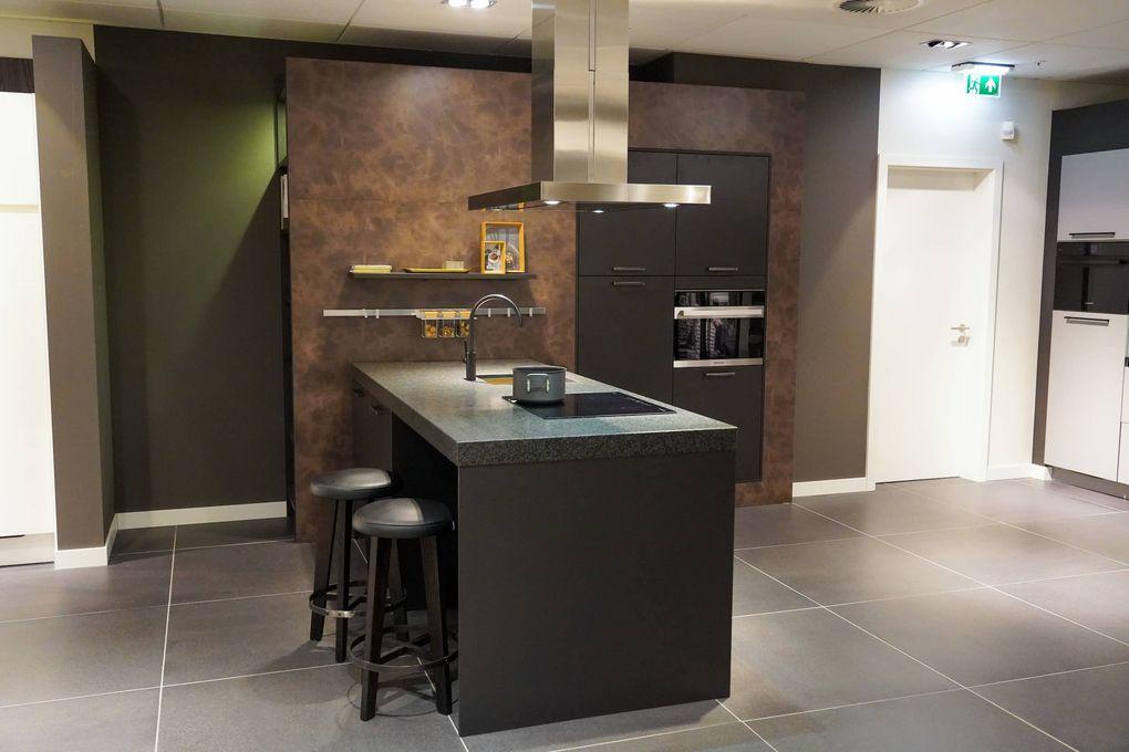 Zwart keukenblok met bar