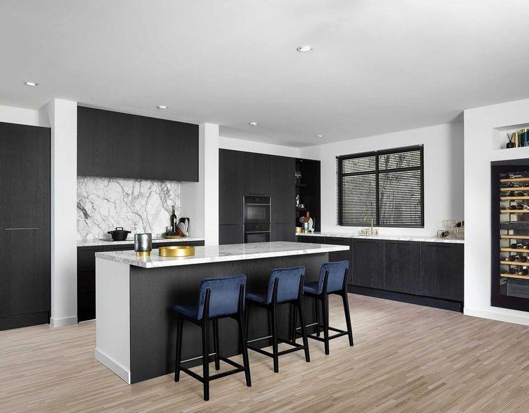 Houtfineer keuken met marmer werkblad
