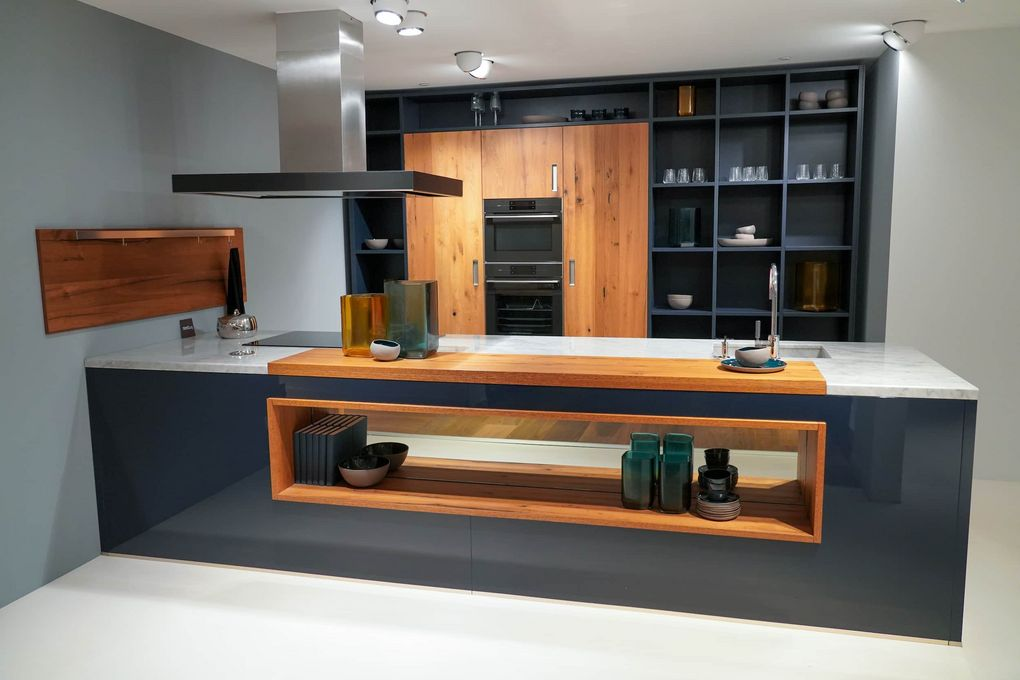 Schiereiland keuken met wit werkblad