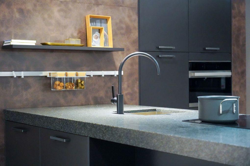 Grijze keuken met granieten keukenblad