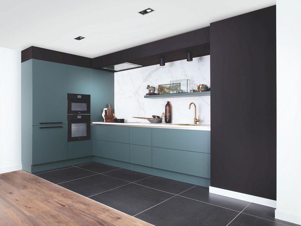 Groene keuken met marmeren achterwand