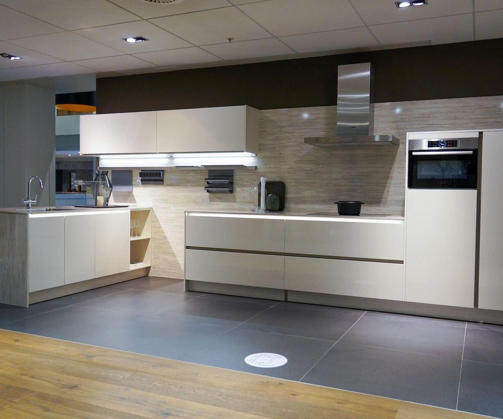 Witte greeploze keuken met schiereiland