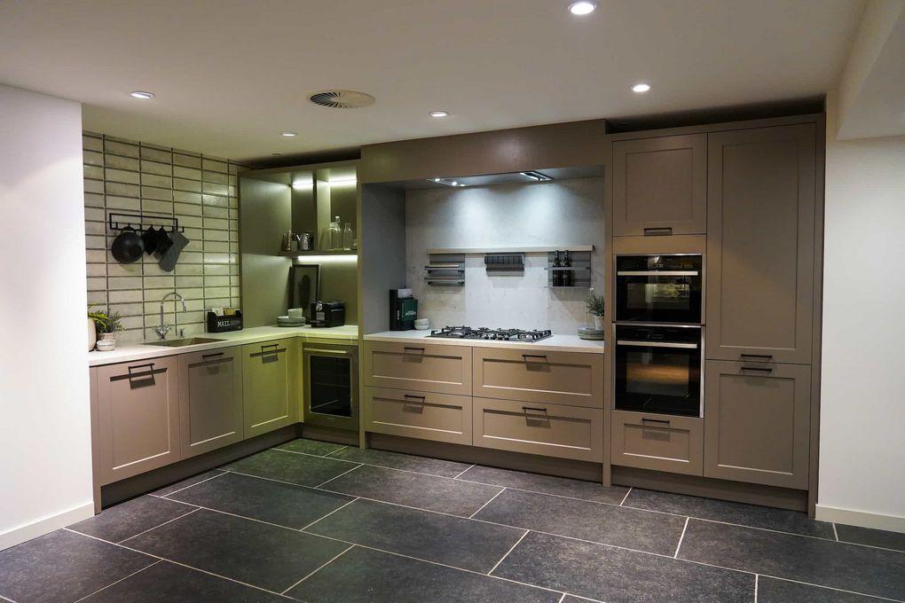 Bruine l-keuken