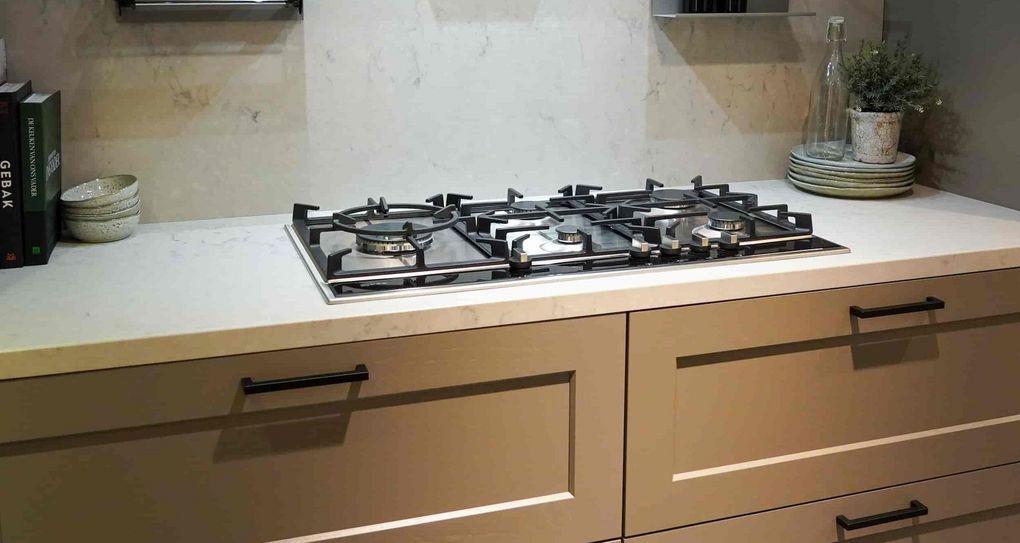 U-keuken met wit werkblad