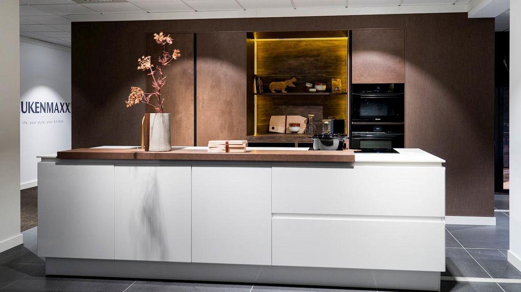 Witte keuken met kastenwand