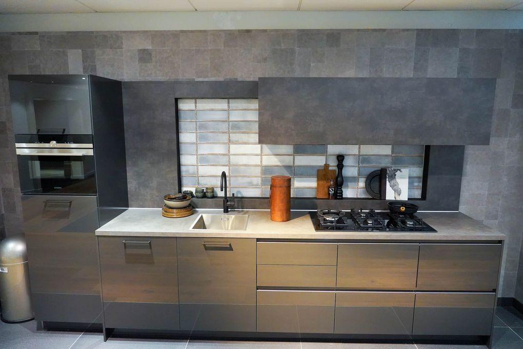 Grijze rechte keuken