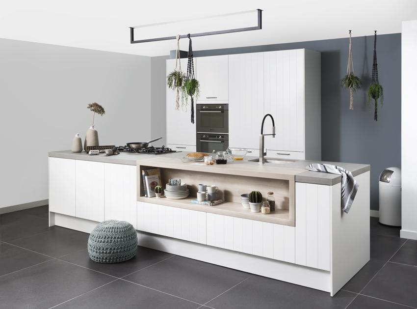 Witte keuken met grijs werkblad