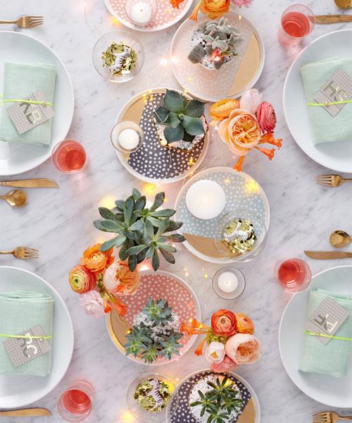 Gedekte tafel met zachte kleuren en plantjes