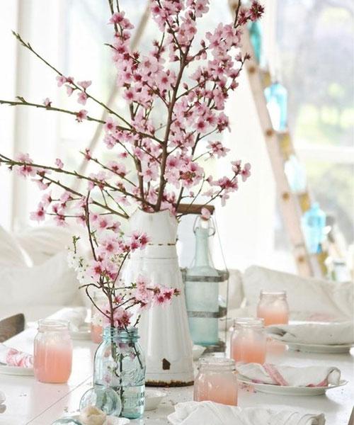 Fleurige bloemen op de keukentafel