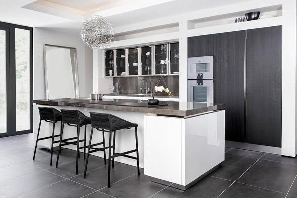 Witte keuken met stenen werkblad