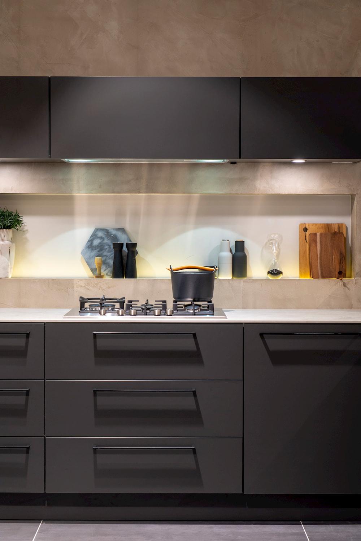 Grijze keuken met zwarte grepen